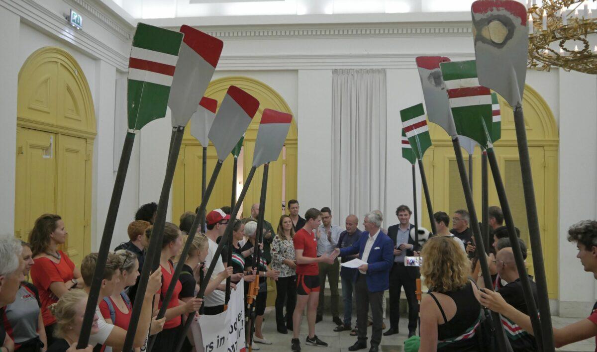 Roeiers bieden de gemeenteraad hun manifest aan